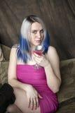 Schöne junge Frau mit blauem Haar-und Kurzschluss-Rosa-Kleid Stockfotos