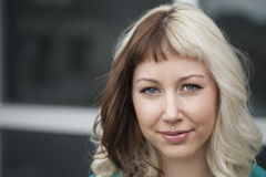 Schöne junge Frau mit Brown und dem blonden Haar Stockfoto