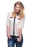 Porträt einer schönen jungen Frau mit den Händen in der Tasche Lizenzfreies Stockfoto