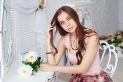 Porträt einer schönen jungen Frau mit einem Blumenstrauß Stockfoto