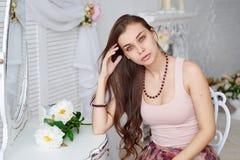 Porträt einer schönen jungen Frau mit einem Blumenstrauß Stockbild