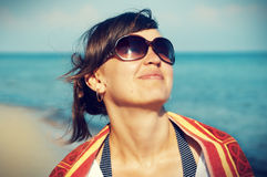 Porträt einer schönen jungen Frau mit Gläsern im backgrou Stockbild