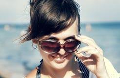 Porträt einer schönen jungen Frau mit Gläsern im backgrou Stockfoto