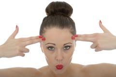 Porträt einer schönen jungen Frau mit ihren Fingern gegen sie Stockfotografie