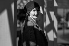 Porträt einer schönen jungen lächelnden Frau draußen Schwarzweiss-Foto Pekings, China lizenzfreie stockfotos