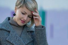 Porträt einer schönen jungen lächelnden Frau draußen Vorgewählter Fokus stockfoto