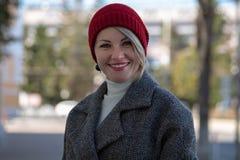 Porträt einer schönen jungen lächelnden Frau draußen Vorgewählter Fokus stockbilder
