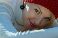 Porträt einer schönen jungen lächelnden Frau draußen Vorgewählter Fokus stockfotografie