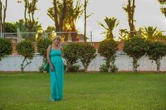 Porträt einer schönen kaukasischen Frau von mittlerem Alter mit einer schönen Zahl und große Brüste in einem schönen Sommer kleid lizenzfreie stockfotos
