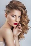 Porträt einer schönen Modebraut, süß und sinnlich lizenzfreies stockbild