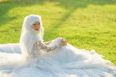 Porträt einer schönen moslemischen Braut mit bilden im weißen weddi Lizenzfreie Stockfotografie
