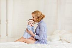 Porträt einer schönen Mutter blond und des Babys des kleinen Mädchens mit b Stockfoto