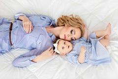 Porträt einer schönen Mutter blond und des Babys des kleinen Mädchens mit b Stockbilder