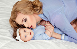 Porträt einer schönen Mutter blond und des Babys des kleinen Mädchens mit b Stockbild