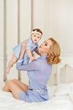 Porträt einer schönen Mutter blond und des Babys des kleinen Mädchens mit b Stockfotos