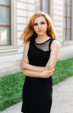 Porträt einer schönen natürlichen jungen Frau Stockbild