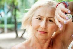 Porträt einer schönen reifen Frauennahaufnahme lizenzfreies stockbild