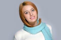 Porträt einer schönen roten Haarfrau, die ein blaues Schallächeln trägt Stockbilder