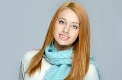 Porträt einer schönen roten Haarfrau, die ein blaues Schallächeln trägt Lizenzfreie Stockfotos