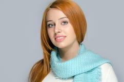 Porträt einer schönen roten Haarfrau, die ein blaues Schallächeln trägt Lizenzfreies Stockfoto