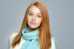 Porträt einer schönen roten Haarfrau, die ein blaues Schallächeln trägt Stockfoto