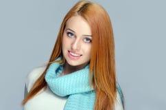 Porträt einer schönen roten Haarfrau, die ein blaues Schallächeln trägt Stockbild
