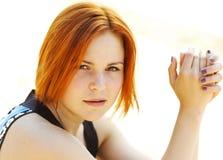 Porträt einer schönen rothaarigen jungen Frau Stockfotografie