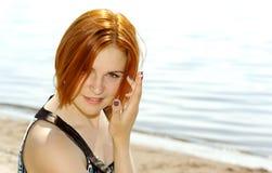 Porträt einer schönen rothaarigen jungen Frau Lizenzfreies Stockfoto