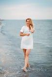 Porträt einer schönen sexy blonden Frau, die allein entlang geht lizenzfreies stockbild