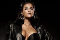 Porträt einer schönen sexy Dame in einem eleganten Mantel über dunklem b Lizenzfreie Stockfotografie