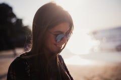 Porträt einer schönen stilvollen Hippie-Mädchennahaufnahme Lizenzfreie Stockfotos