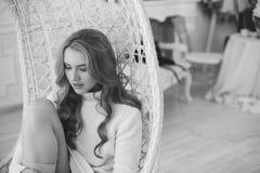 Porträt einer schönen und attraktiven jungen Frau Lizenzfreie Stockfotografie