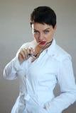 Porträt einer schönen und sexy Ärztin in einem Krankenhaus Stockfotografie