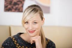 Porträt einer schönen und verlockenden blonden Frau Stockbild