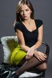 Porträt einer Schönheit auf einem grauen Hintergrund Lizenzfreie Stockfotos