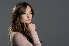 Porträt einer Schönheit auf einem grauen Hintergrund Lizenzfreies Stockbild
