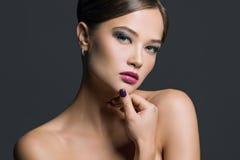 Porträt einer Schönheit auf einem grauen Hintergrund Stockfotos