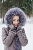 Porträt einer Schönheit auf einem Winterweg Lizenzfreie Stockbilder