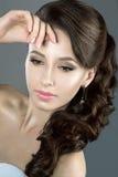 Porträt einer Schönheit in einem Hochzeitskleid im Bild der Braut Lizenzfreies Stockfoto