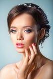 Porträt einer Schönheit in einem Hochzeitskleid im Bild der Braut Bild eingelassen dem Studio Porträt des schönen bri Stockfotos