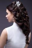 Porträt einer Schönheit in einem Hochzeitskleid im Bild der Braut Hintere Ansicht der Frisur Stockfotografie