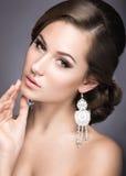 Porträt einer Schönheit im Bild der Braut Stockbilder