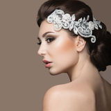 Porträt einer Schönheit im Bild der Braut mit Spitze in ihrem Haar Schönes lächelndes Mädchen Stockfotos