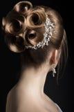 Porträt einer Schönheit im Bild der Braut Schönes lächelndes Mädchen Hintere Ansicht der Frisur Lizenzfreies Stockbild