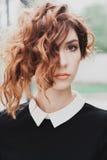 Porträt einer Schönheit mit dem dunkelroten Haar Stockbild