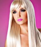 Porträt einer Schönheit mit den langen weißen geraden Haaren Stockfotografie