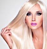 Porträt einer Schönheit mit den langen weißen geraden Haaren Stockbilder