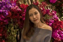 Porträt einer Schönheit mit einem Blumenbogen lizenzfreie stockfotografie