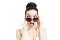Porträt einer Schönheit mit Herzen formte Gläser Lizenzfreies Stockfoto