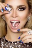 Porträt einer Schönheit mit Kristallen in den Zähnen und in den Händen Lizenzfreie Stockbilder